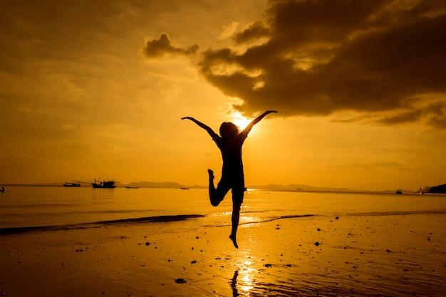 Relaxe mulher olhando mar na praia Foto gratuita