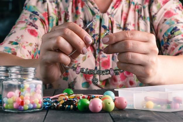 Relaxe o hobby. feminino fazer contas de artesanato