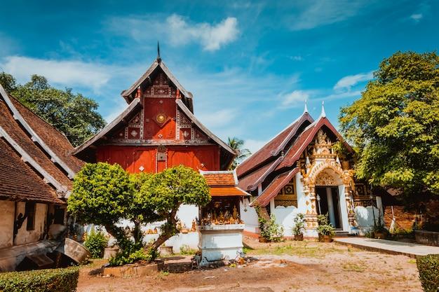 Religião na tailândia. templo dourado do lugar de buddha para praying. budismo. symbo religioso
