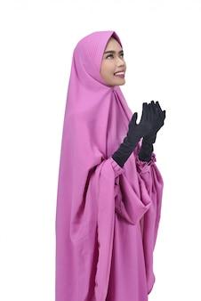 Religiosa mulher muçulmana asiática com hijab rezando