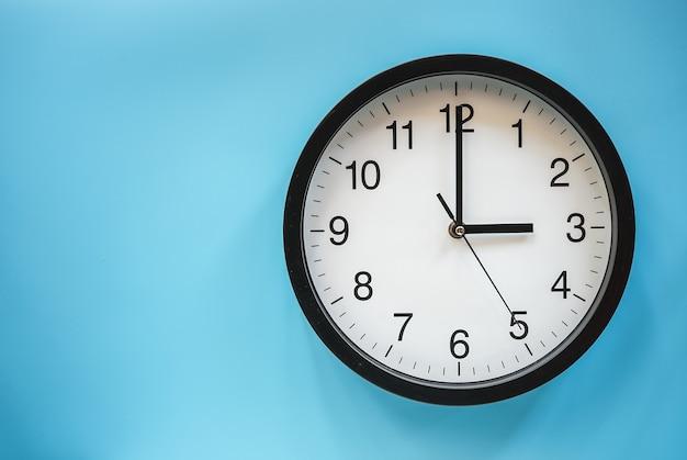 Relógio analógico clássico preto e branco em azul