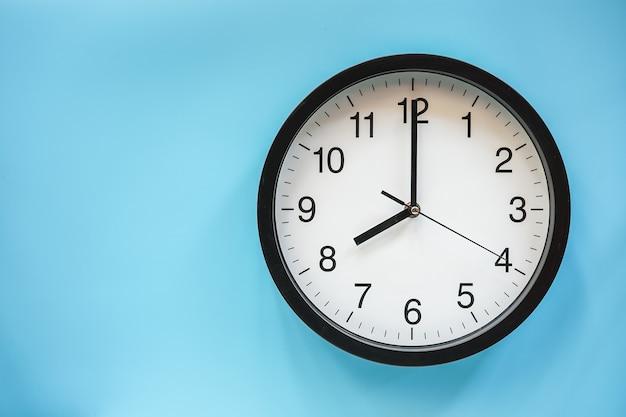 Relógio analógico clássico preto e branco