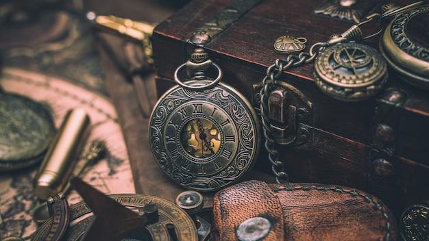 Relógio antigo com baú do tesouro