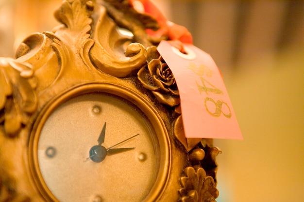 Relógio antigo com etiqueta de preço