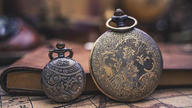 Relógio antigo com livro diário