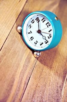 Relógio antigo no fundo de madeira.