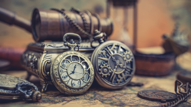Relógio antigo no mapa do mundo