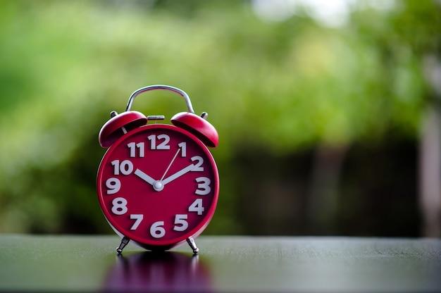 Relógio antigo preto metal vermelho despertador no dia dos namorados vermelho amor conceito relógio vermelho em