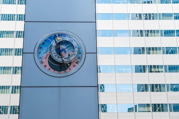 Relógio astronômico em shinjuku, tóquio