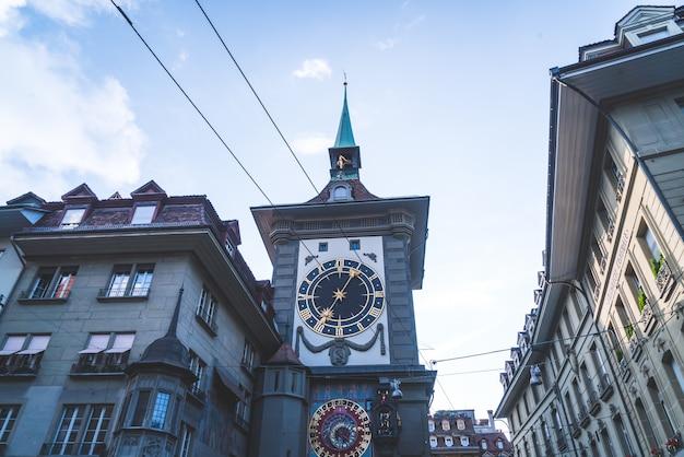 Relógio astronômico na torre do relógio medieval zytglogge Foto Premium