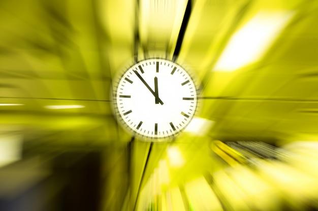Relógio borrado, imagem conceitual do tempo passando ou efeito de passagem diminuir o zoom do despertador para os movimentos