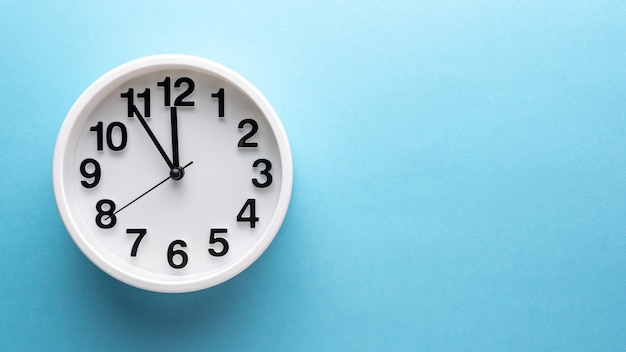 Relógio branco na parede azul