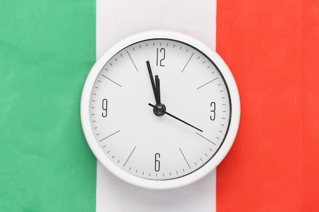 Relógio branco no fundo da bandeira da itália