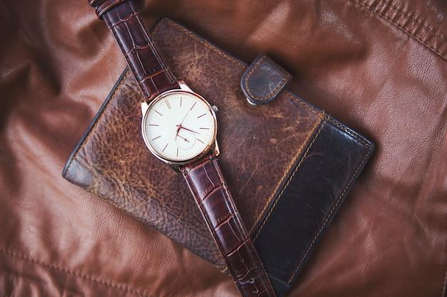 Relógio, carteira e couro