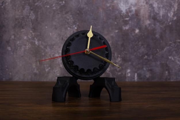Relógio caseiro tipo loft feito de peças de carro e cesta de embreagem