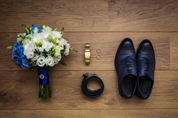 Relógio, cinto, buquê de casamento e sapatos