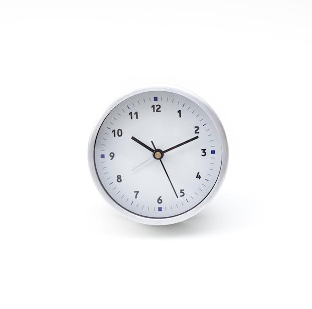 Relógio circular em fundo branco