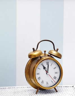 Relógio clássico de ouro relógio no interior retrô colorido brilhante