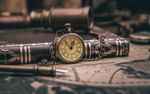 Relógio colar e livro de bolso