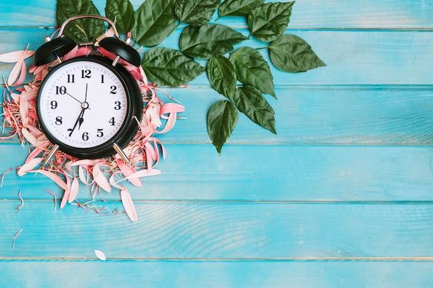 Relógio colocado em pétalas
