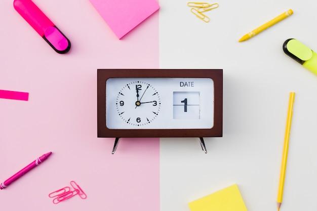 Relógio com data e papelaria