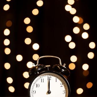 Relógio com luzes douradas na noite de ano novo