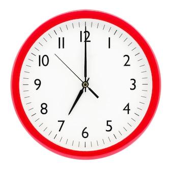 Relógio com moldura redonda vermelha em fundo branco isolado