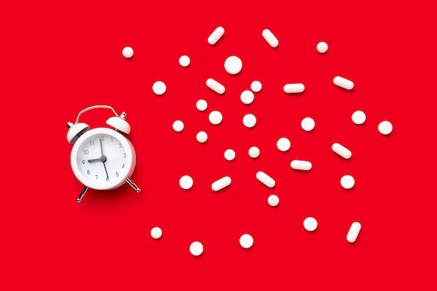 Relógio com pílulas ao lado