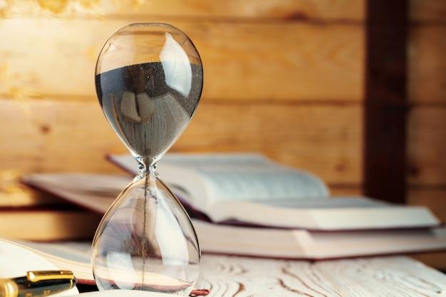 Relógio da ampulheta em cima de uma mesa