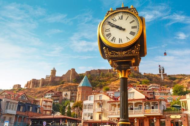 Relógio da cidade e fortaleza de narikala, tbilisi, geórgia