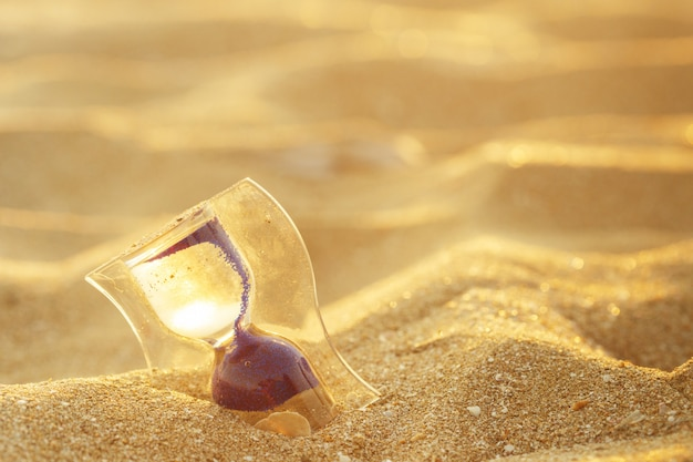 Relógio de ampulheta na praia de areia