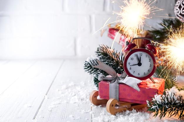 Relógio de ano novo com fogo ardente de bengala