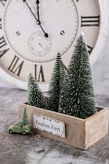 Relógio de ano novo. decorado com fundo de decorações para árvores de natal. conceito de celebração para a véspera de ano novo.