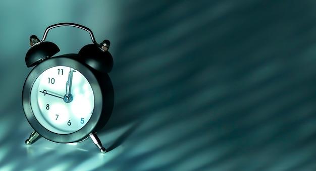 Relógio de ano novo no fundo cinza, copie o espaço