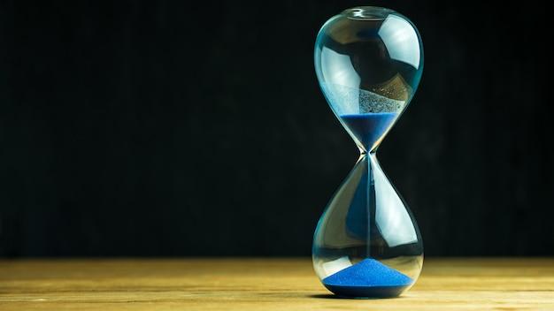 Relógio de areia na mesa de madeira
