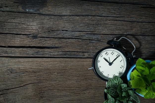 Relógio de árvore em vista de mesa de madeira
