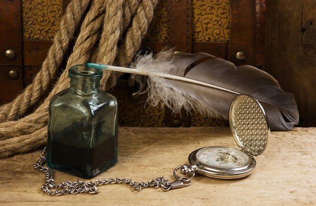 Relógio de bolso antigo e tinteiro, ainda vida