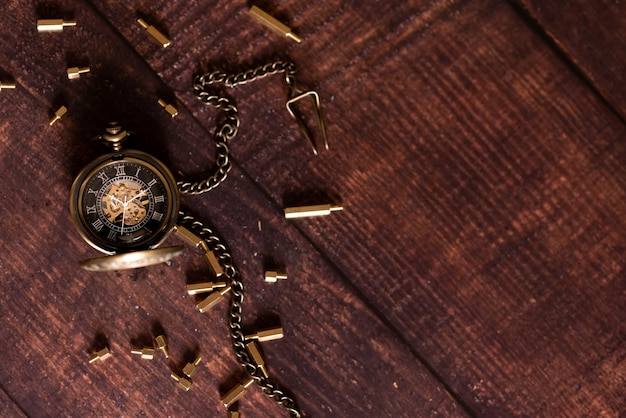 Relógio de bolso antigo vintage no fundo