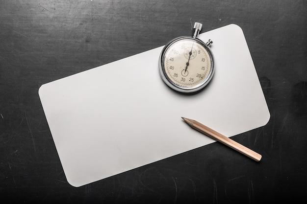 Relógio de bolso em uma mesa preta