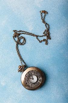 Relógio de bolso na decoração azul