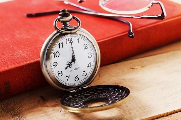 Relógio de bolso no livro