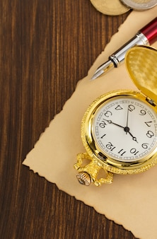 Relógio de bolso velho na mesa de madeira