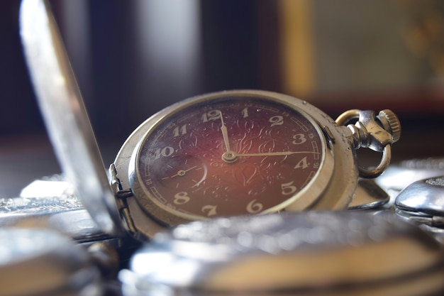 Relógio de bolso vintage com mostrador vermelho em estilo retro close-up