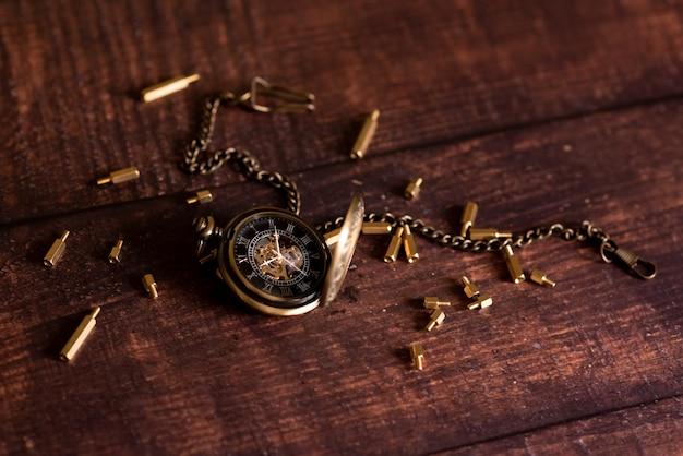 Relógio de bolso vintage e ampulheta ou temporizador de areia, símbolos do tempo com espaço de cópia
