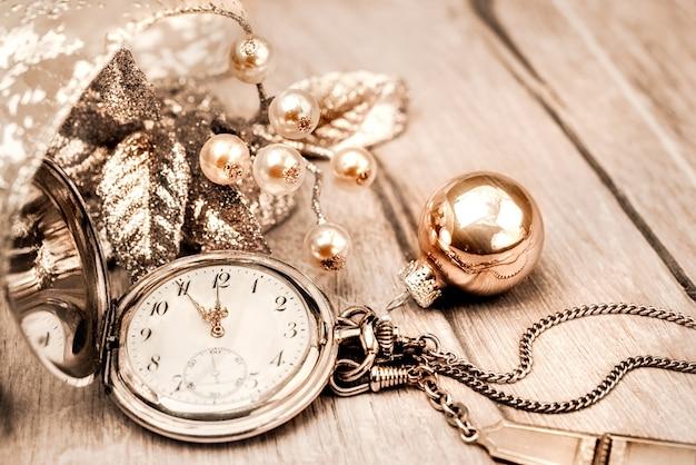Relógio de bolso vintage mostrando cinco a doze. feliz ano novo!