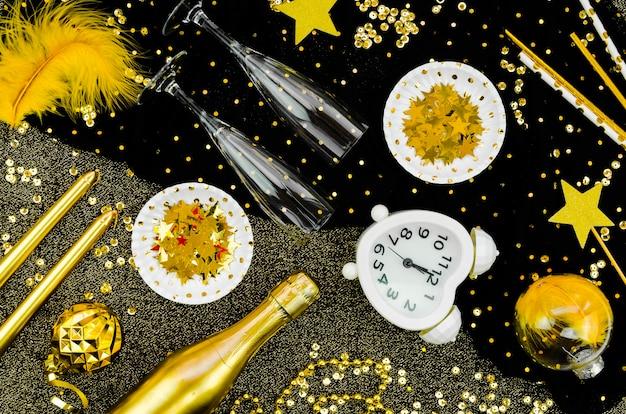 Relógio de celebração de ano novo de 2020 e glitter dourado