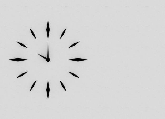 Relógio de design moderno grade preta que aponta em 10 no fundo da parede de cimento cinza.