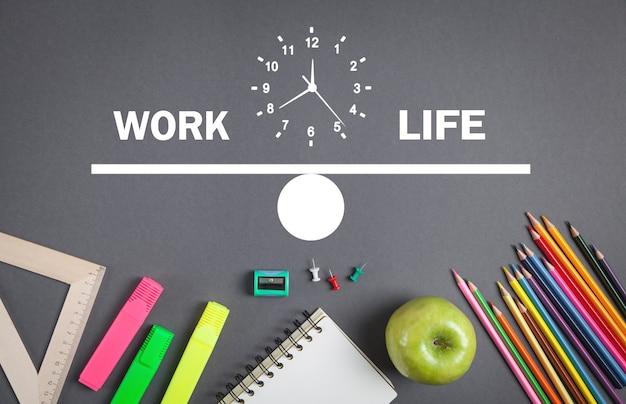 Relógio de equilíbrio entre trabalho e vida na mesa de negócios.