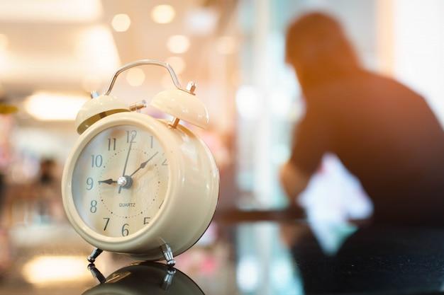 Relógio de esperar com mulher