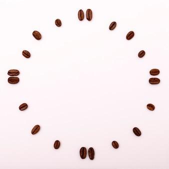 Relógio de grãos de café. fundo emoldurado com copyspace